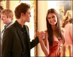 Qu'est-ce-que Stefan a offert à Elena pour la protéger de l'hypnose des vampires ?
