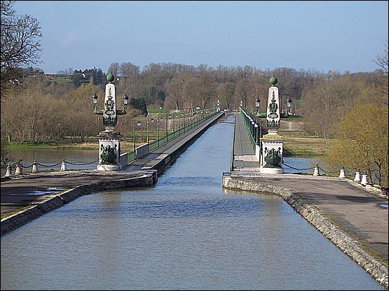 Ce pont canal se trouve dans ... . .