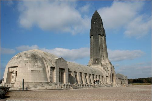 Cet Ossuaire reconnaissance pour les poilus de 1914 se trouve dans ... . .