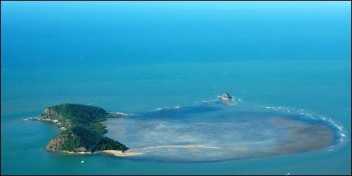 """Quelles îles, appartenant à l'archipel Marshall, sont forts connues pour ses explosions et ses """"dessous"""" ?"""