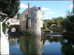 Quelle est la ville la plus proche du Marais poitevin ?