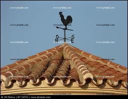 Un coq pond un oeuf sur un toit, le vent vient de gauche et une pente de 65° est à droite, de quel côté tombe t-il ?