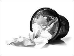 Une poubelle pèse 2 kilogrammes vide et 5 kilogrammes pleine, combien pèse la poubelle à moitié pleine ?