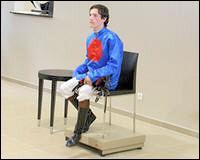 Avant de chevaucher leur monture les jockeys doivent monter sur la balance avec leur selle. Cette pesée est très importante et peut influencer sur la course. Pourquoi ?