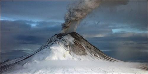 Quel est le seul volcan des glaces en activité ?