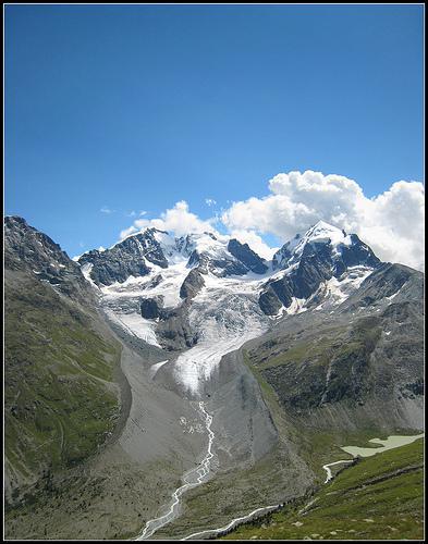 Quel pays est séparé de l'Italie par le massif de la Bernina ?