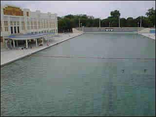 Cette piscine de 200m de long est situé à: