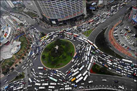 Pour franchir ce rond point chinois en voiture il faut: