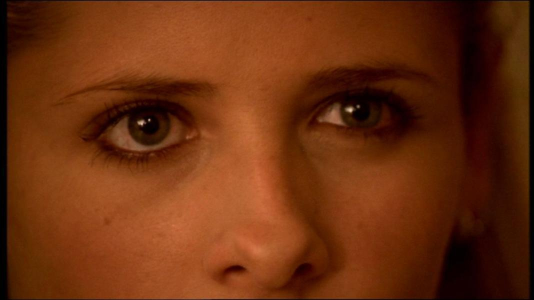 Qui Buffy regarde-t-elle comme ça ?