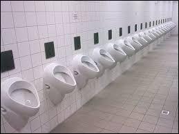 Un soir, le général de Gaulle est à la Comédie-Française et à l'entracte, il va aux toilettes faire un petit pipi accompagné de Georges Pompidou qui dit : ''Belle pièce mon général ! - --------------------------------''