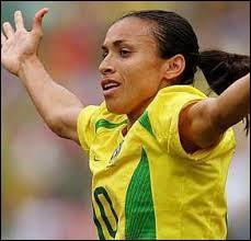 Discussion au café : ''Au Brésil, il n'y a que des putes ou des footballeurs ! - Ah ! Je regrette mais c'est faux monsieur ! ... Je suis marié à une brésilienne ! - ----------------------------------- ''