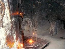 Dans quel lieu saint peut-on visiter la grotte où se situait le tombeau du Christ ?