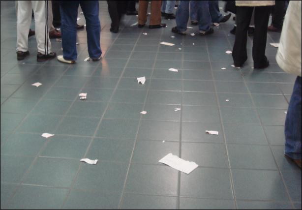 A l'hippodrome, les joueurs jettent leurs billets perdants par terre, c'est une habitude plutôt cracra . . mais c'est comme cela ?