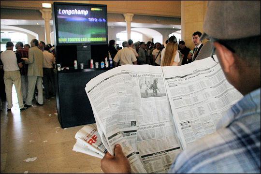 A l'entrée, je prends une grande feuille où sont inscrites toutes les courses de la journée, ainsi que la performance des chevaux ?
