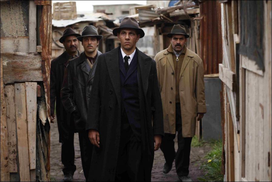 Quel humoriste et acteur est à l'affiche de 'Hors la loi', le film de Rachid Bouchareb ?