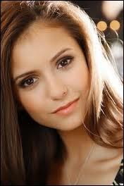 De qui Elena est-elle amoureuse ?