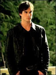 Où Katherine embrasse-t-elle Damon ?