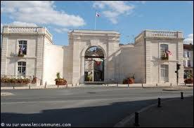 St Maixent-l'Ecole ;petite ville du département , est surtout connue pour... .