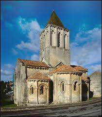 Petite cité de caractère; elle a la particularité de posséder trois églises romanes intéressantes . C'est...