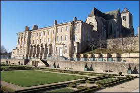 Cette cité deux-sèvrienne possède une remarquable ancienne abbaye royale Notre-Dame du XIIe siècle , située sur le chemin de St-Jacques-de-Compostelle . C'est...