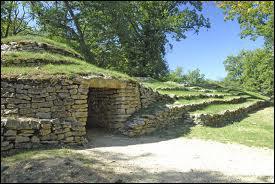 Ce petit village possède une nécropole sous forme de tumulus; datant de 4700 ans avant J. C. , ce qui en fait la plus ancienne d'Europe . C'est...