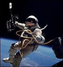 La première sortie dans l'espace (hors habitacle) est réalisée par Alexis Léonov. En quelle année ?