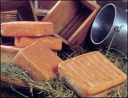 Quelle boisson ne doit-on pas boire avec le maroilles pour qu'elle ne soit pas cassée par les arômes forts de ce fromage ?