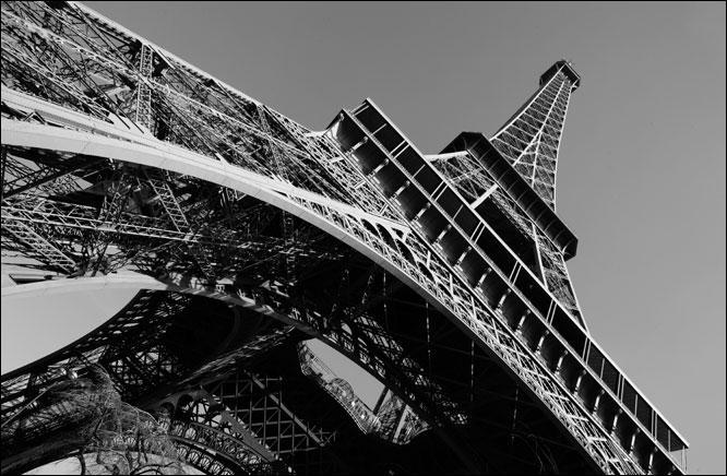 En 1962, qui a chanté depuis le premier étage de la Tour Eiffel ?