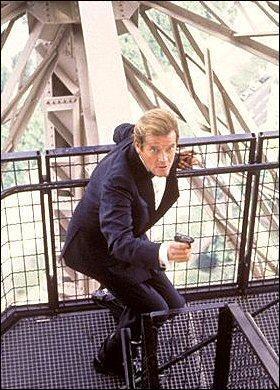 Dans quel James Bond, daté de 1985 et incarné par Roger Moore, peut-on voir le monument parisien ?