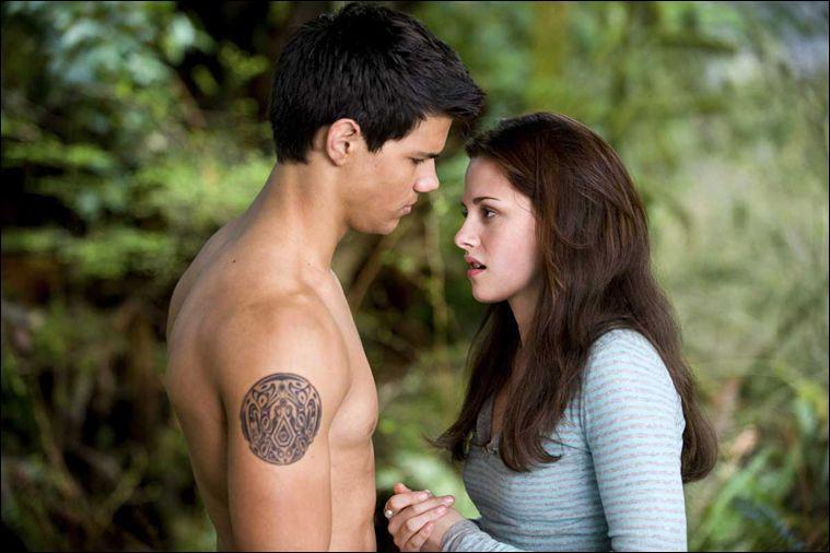 Qui Bella embrasse-t-elle dans le 3ème film ?