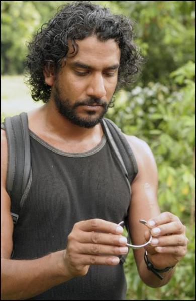 Episode 19, Tombé du ciel : pour qui Sayid fabrique-t-il des lunettes ?