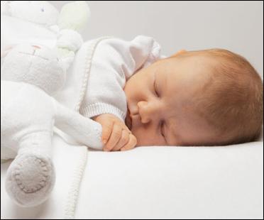 Un bébé fait ses nuits entre ...