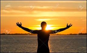 Maintenant, levez la tête, fermez les yeux ! Le Soleil inonde votre visage. Dans votre dos : septentrion ... Vous levez les bras en croix, quelle direction indique votre main droite ?