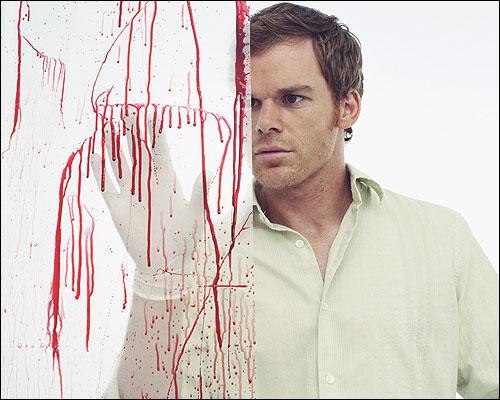 Quel rituel Dexter, le héros, effectue-t-il sur sa victime avant de la couper en morceaux ?