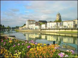 Elle se mire aux bords de la Charente :
