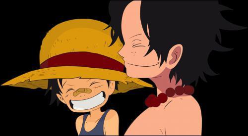 Qu'est-ce qu'Ace dit (ou fait ) à Luffy quand il arrive ?