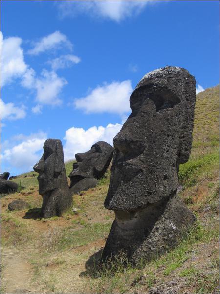 Comment s'appellent les statues monumentales de l'île de Pâques en Polynésie ?