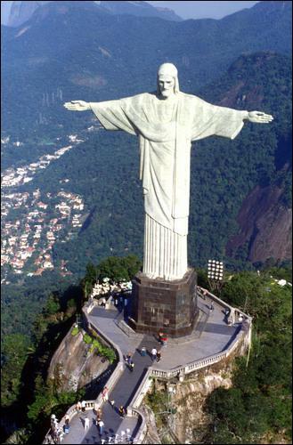 Quelle ville est surplombée par le fameux Jésus géant ?