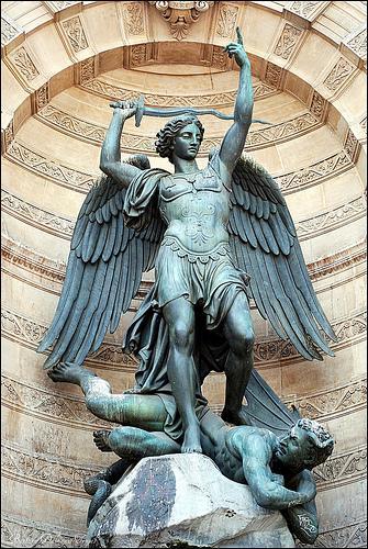 Qui a sculpté cette statue de la fontaine Saint Michel à Paris ?