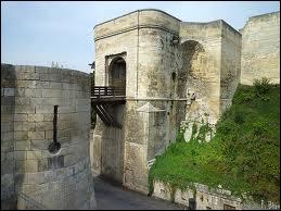 A quoi servait la barbacane, située avant le pont-levis ?