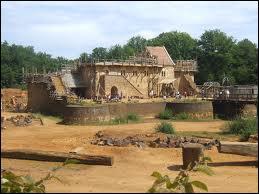Comment se nomme ce château fort en construction depuis 1997 ?