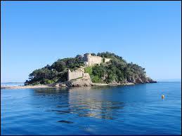 Et cet autre célèbre château, au bord de la Méditerranée :