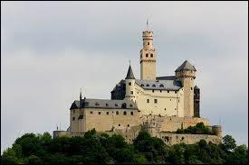 A quel endroit géographique le château fort était-il construit ?