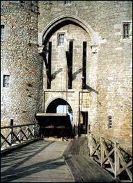 L'entrée du château fort se faisait par :