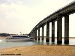 Quand le pont permettant l'accès direct à l'île a-t-il été inauguré ?