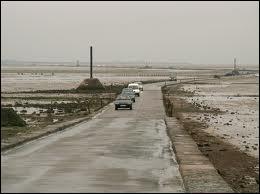 Comment se nomme le passage qui permet de rejoindre l'île à marée basse ?