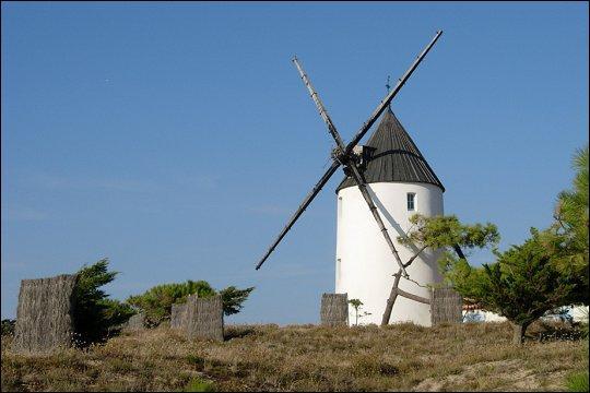 De quand datent les premiers moulins, encore nombreux sur l'île ?