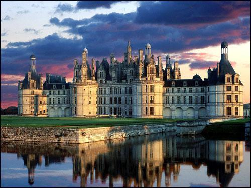 Parmi ces châteaux de la Loire, un seul n'a pas été édifié ou remanié à la Renaissance, lequel ?