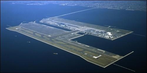 Quel est le seul aéroport au monde construit sur une île artificielle ?