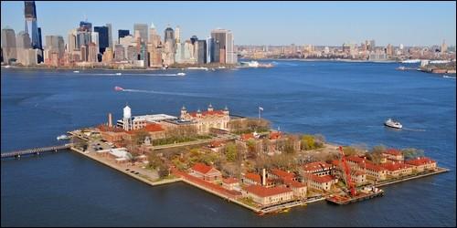 Quelle île de la baie de New York accueillait les migrants européens entre 1892 et 1954 ?